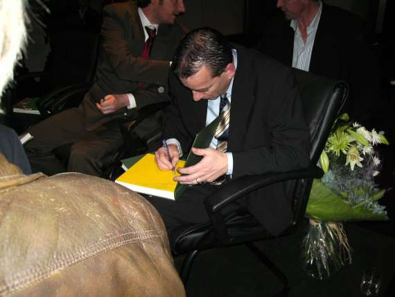 /photos/cache/princes-of-pigskin-launch/kerry-manager-at-that-time-pat-o-shea-sighns-for-the-fans_w800.jpg
